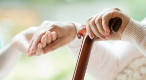 mains et canne personne âgée